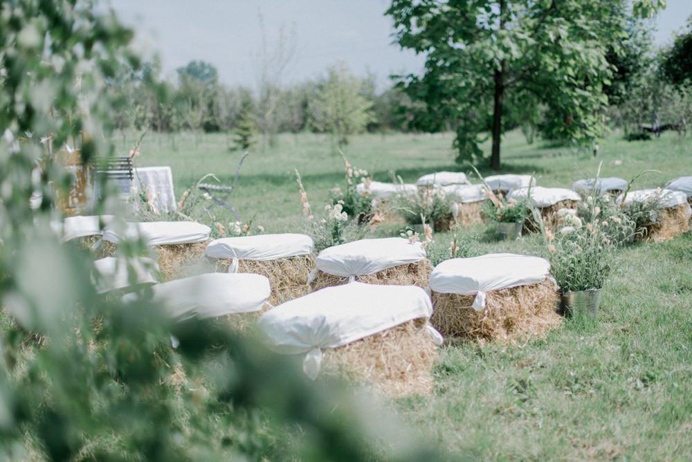 snopki siana na ślub jako siedzenie