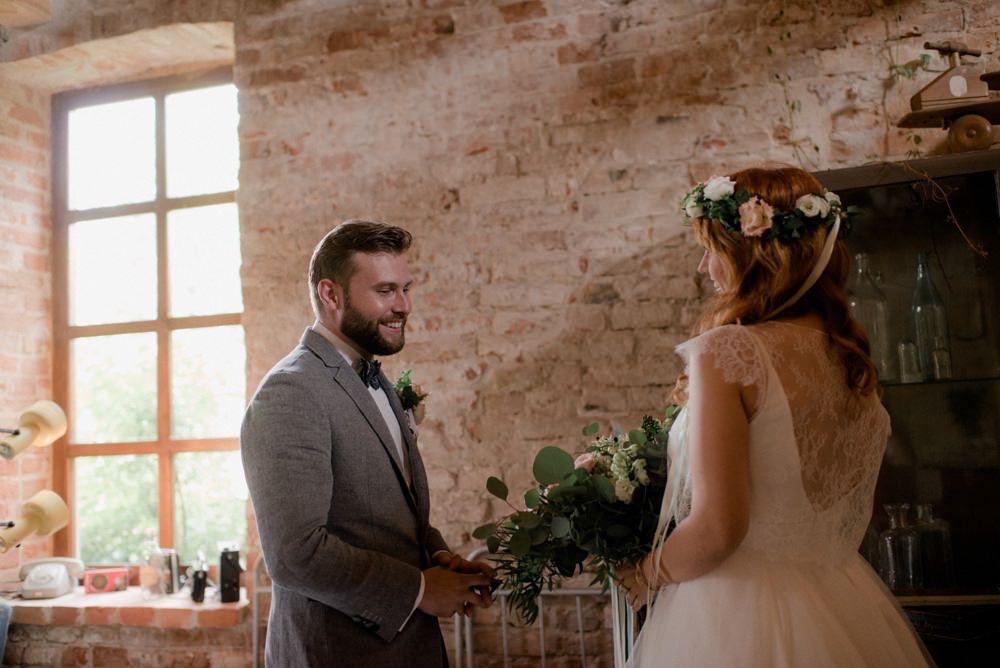 First look na rustykalnym ślubie Magdy i Andrzeja w Osadzie Młyńskiej