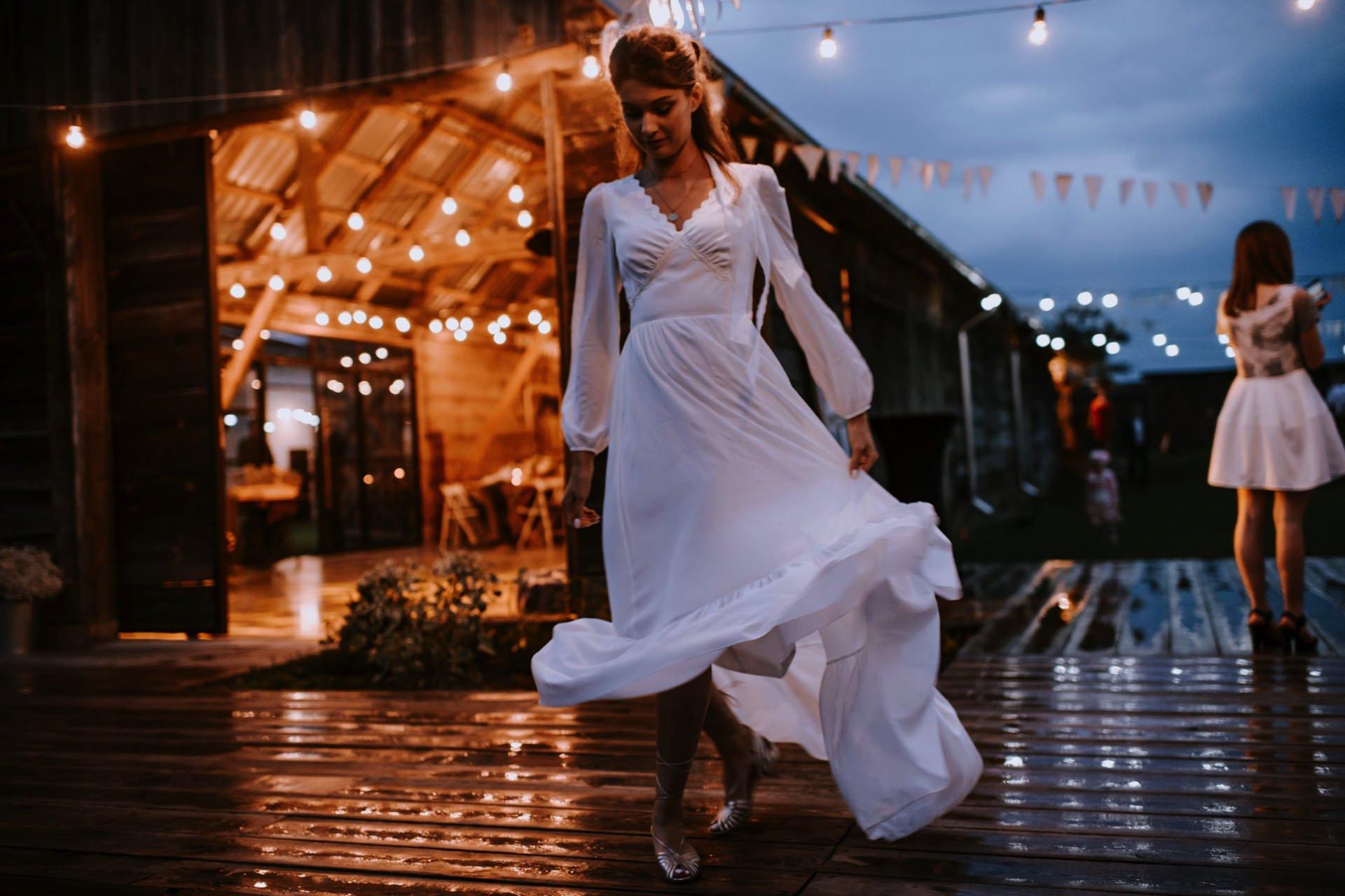 Panna Młoda tańczy w deszczu w Folwarku Ruchenka