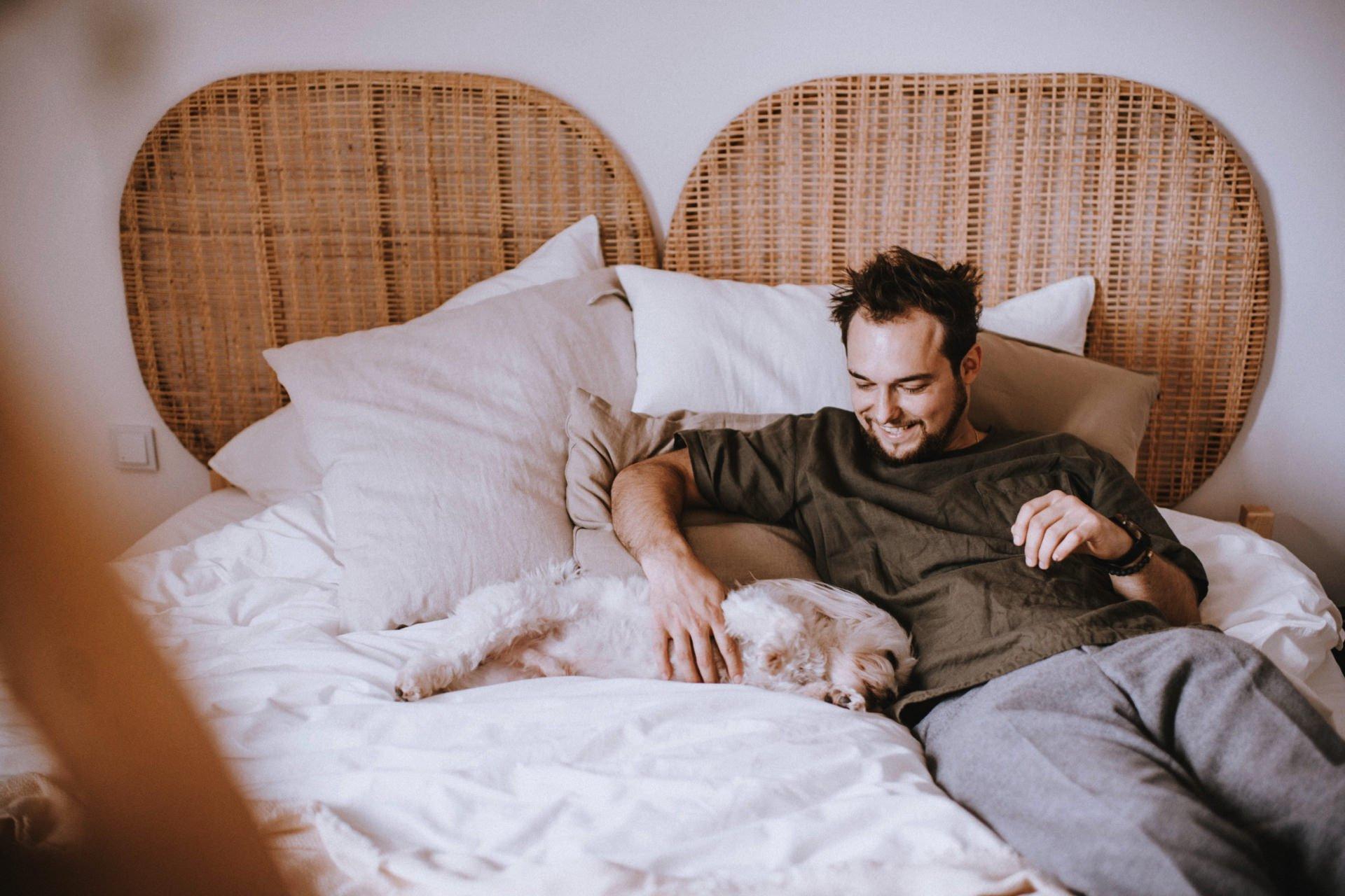 Pan Młody leży z psem