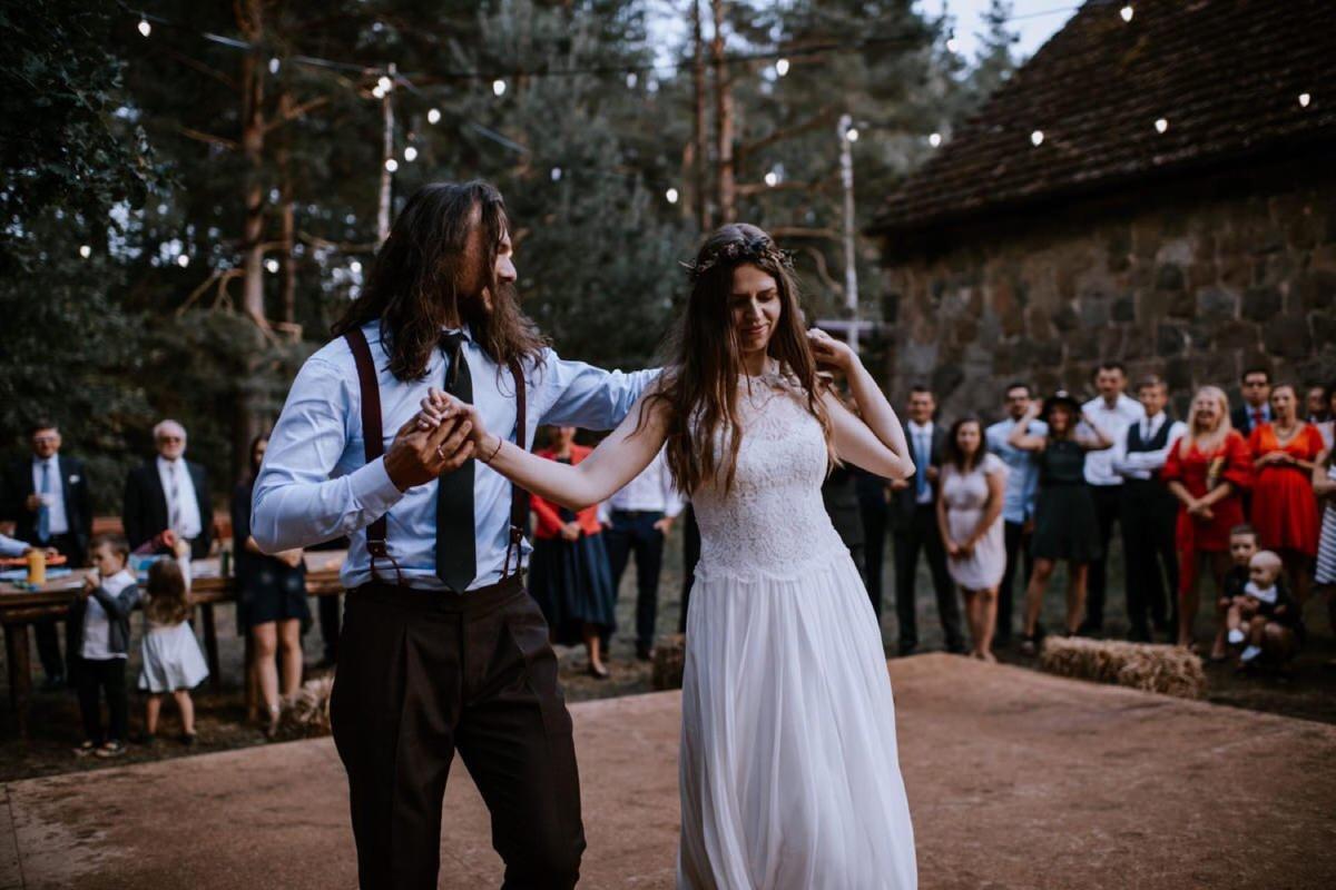boho rockowy ślub w Stodole u Babci Magdy, najlepszy fotograf ślubny Poznań, suknia Anna Kara, ogórkiem do ślubu