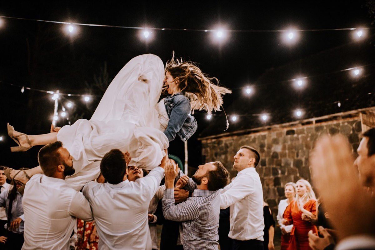 boho rockowy ślub w Stodole u Babci Magdy, najlepszy fotograf ślubny Poznań, suknia Anna Kara