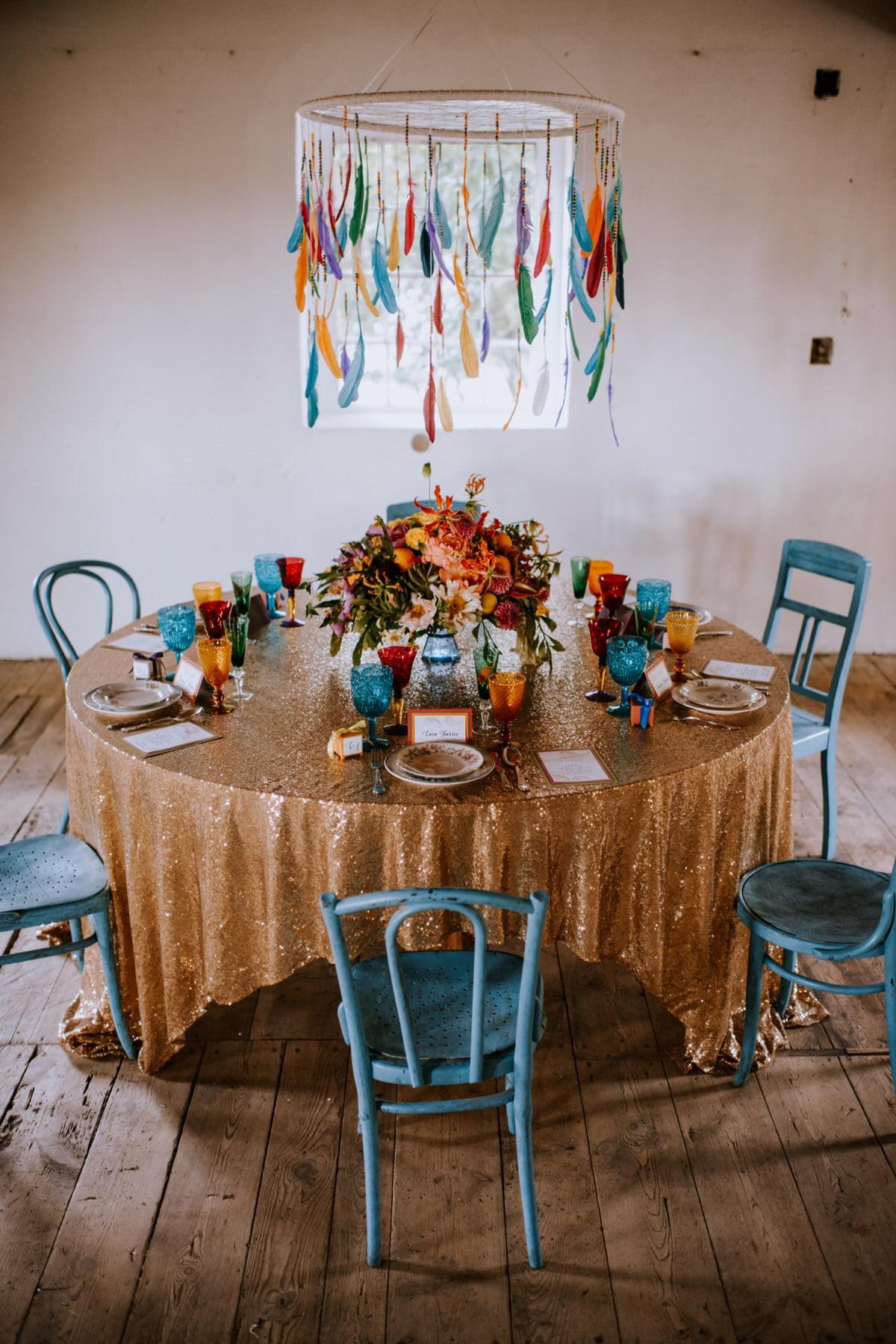 kolorowe dekoracje ślubne, cekinowy obrus na ślub