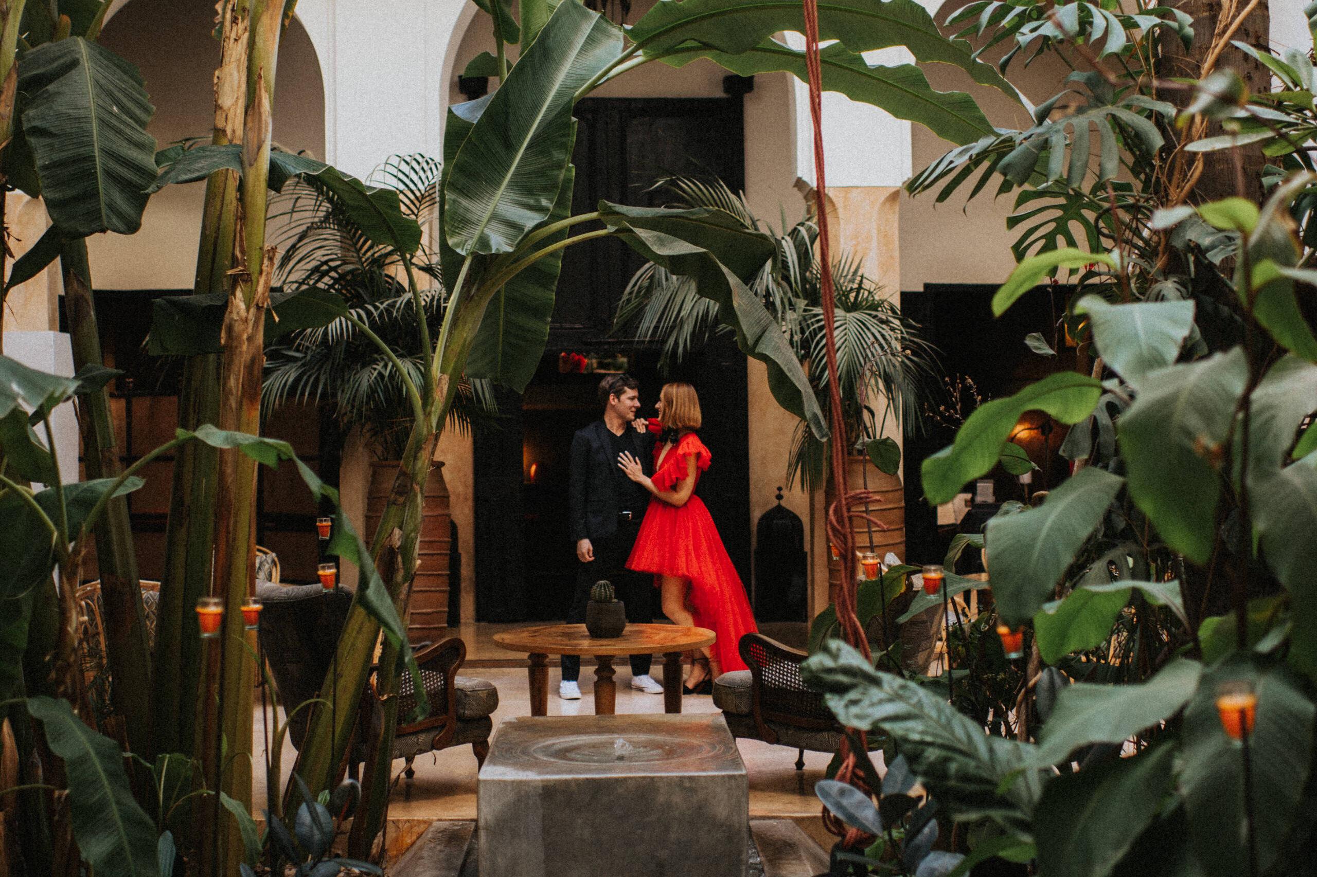 red wedding dress Giambattista Valli HM Morocco desert elopement ślub zagranicą Decolove riad