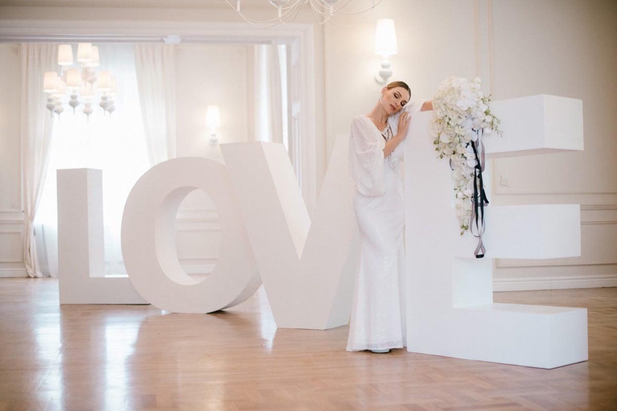 panna młoda, napis love na ślub, bukiet ślubny, storczyki na ślubie