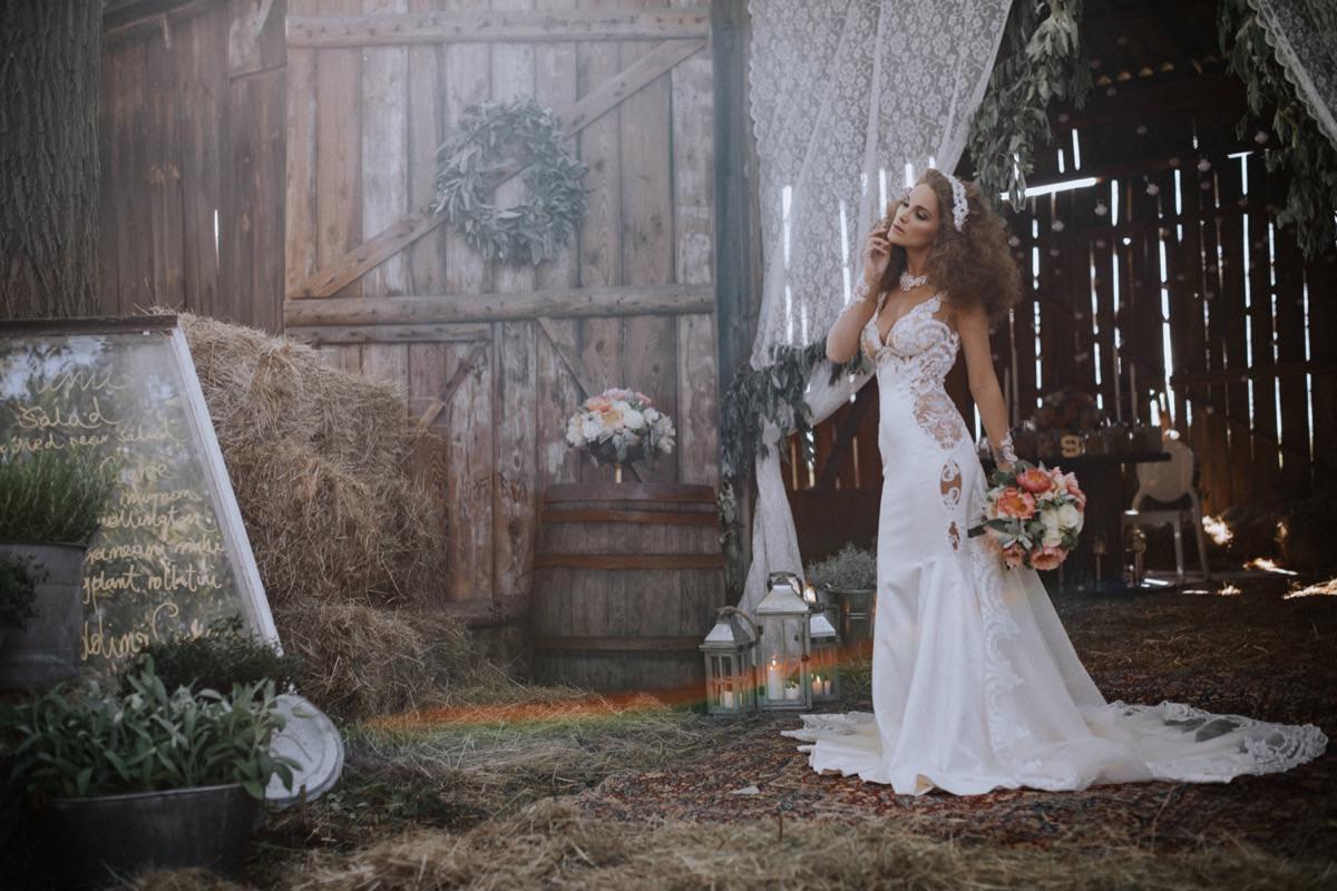 stodoła weselna, suknia ślubna Galia Lahav, opaski ślubne, wesele w stodole