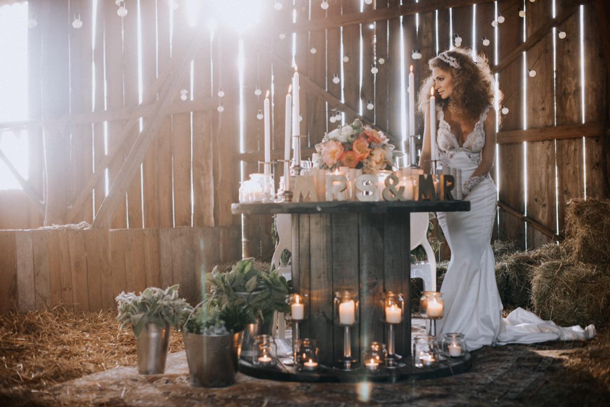 inspiracje ślubne, wesele w stodole, Galia Lahav, szpule jako stół weselny