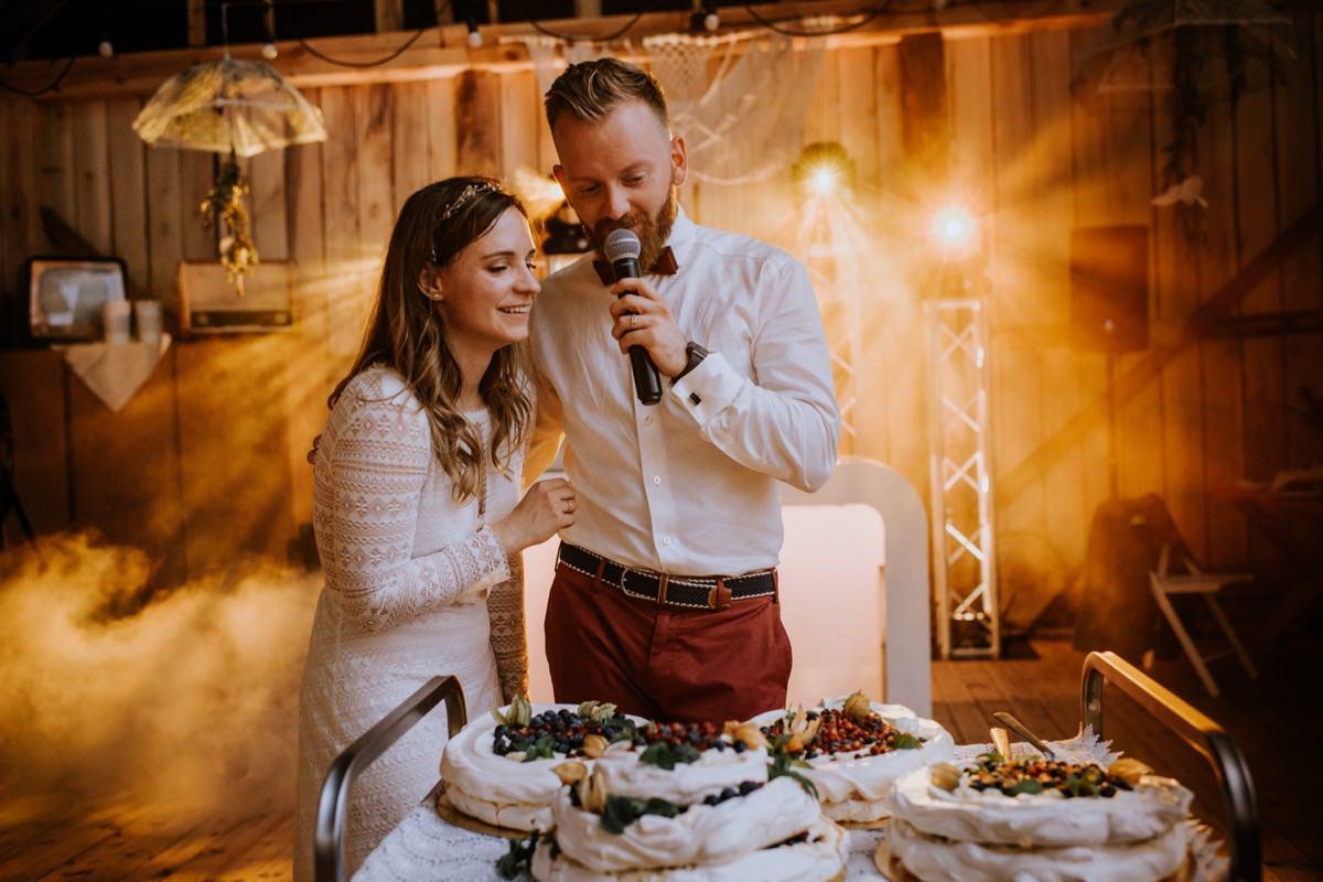 ślub plenerowy, stodoła weselna, cicha 23, kawkowo, wesele w stodole, tort weselny