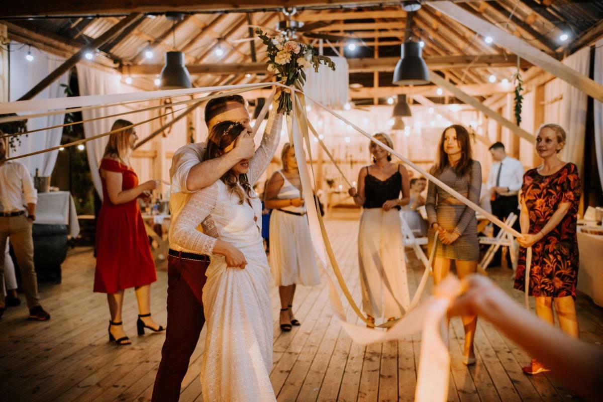 oczepiny ze wstążkami, wesele w stodole