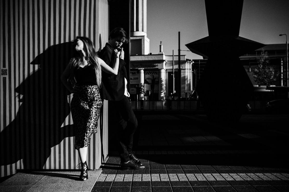 zakochani stoją na ulicy w Poznaniu