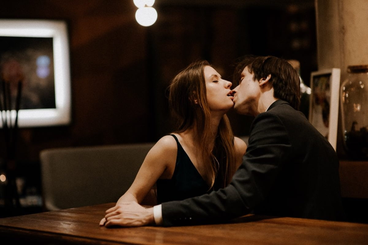 zakochana para, sesja narzeczeńska w Poznaniu, miejska sesja plenerowa, zaręczeni, sesja w kawiarni