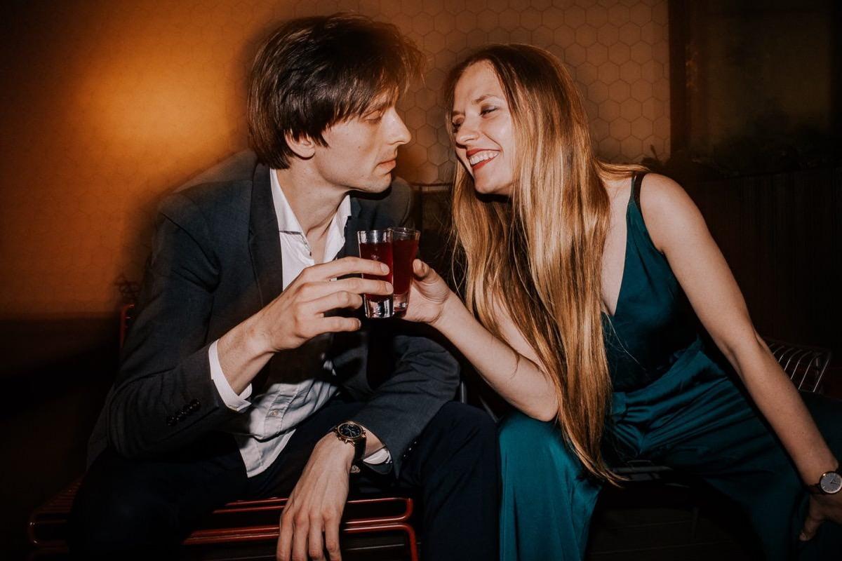 kobieta i mężczyzna pija drinka w barze
