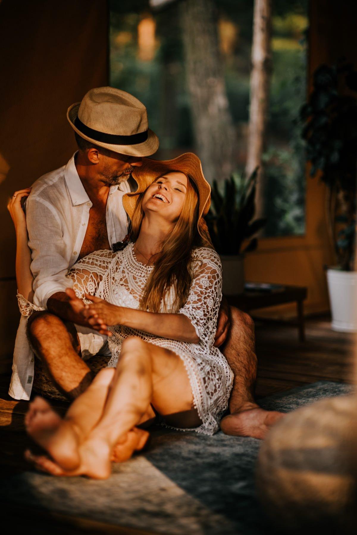 kobieta śmieje się w objęciach ukochanego mężczyzny