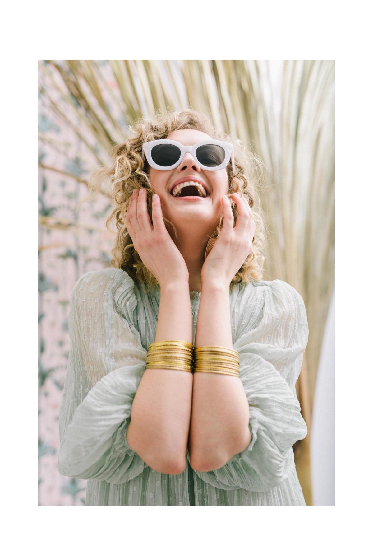 portret uśmiechniętej kobiety w okularach, sesja kobieca, fotograf kobiecy