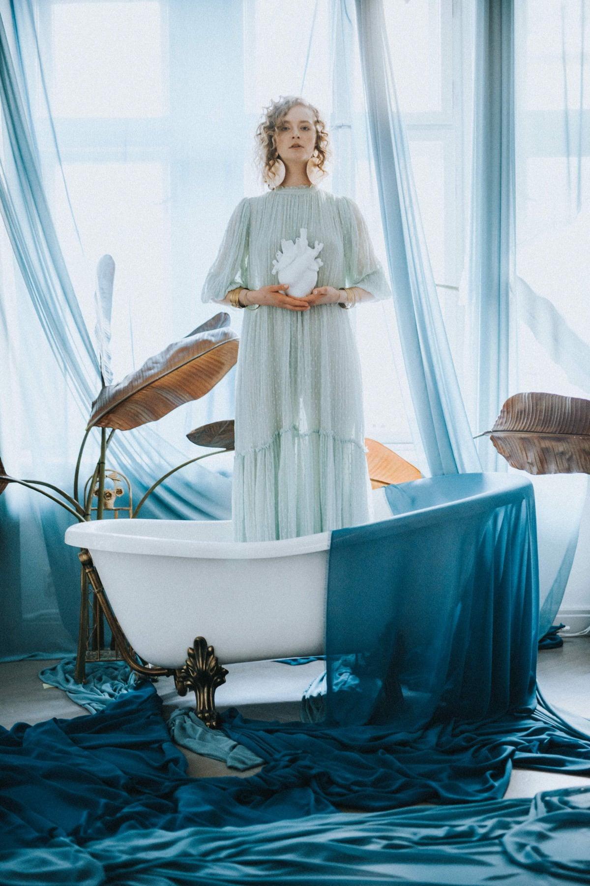 sesja kobieca w wannie, liście palmowe
