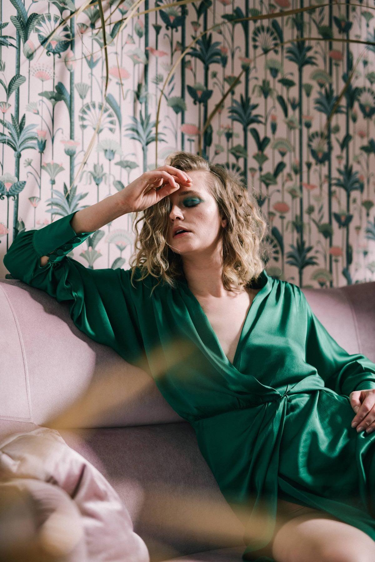 sesja kobieca, kobieta w tropicach, zielona sukienka Zara