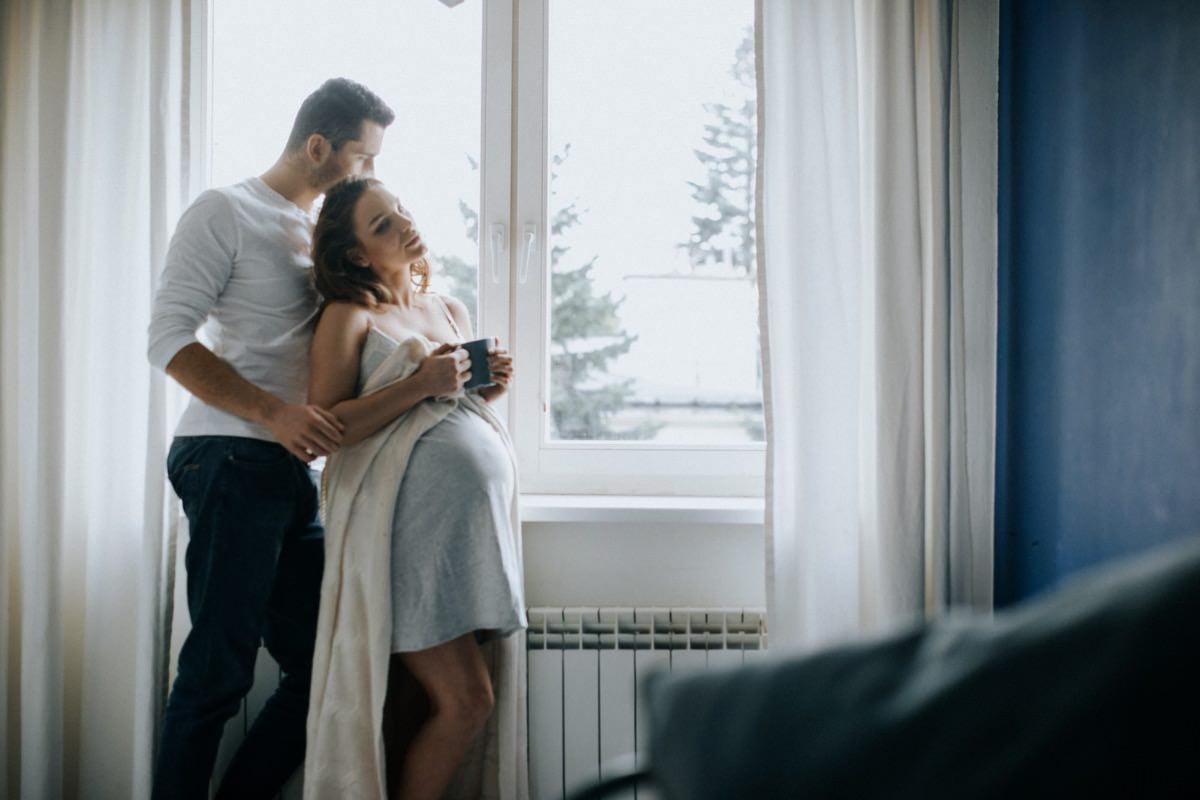 intymna sesja brzuszkowa w domu