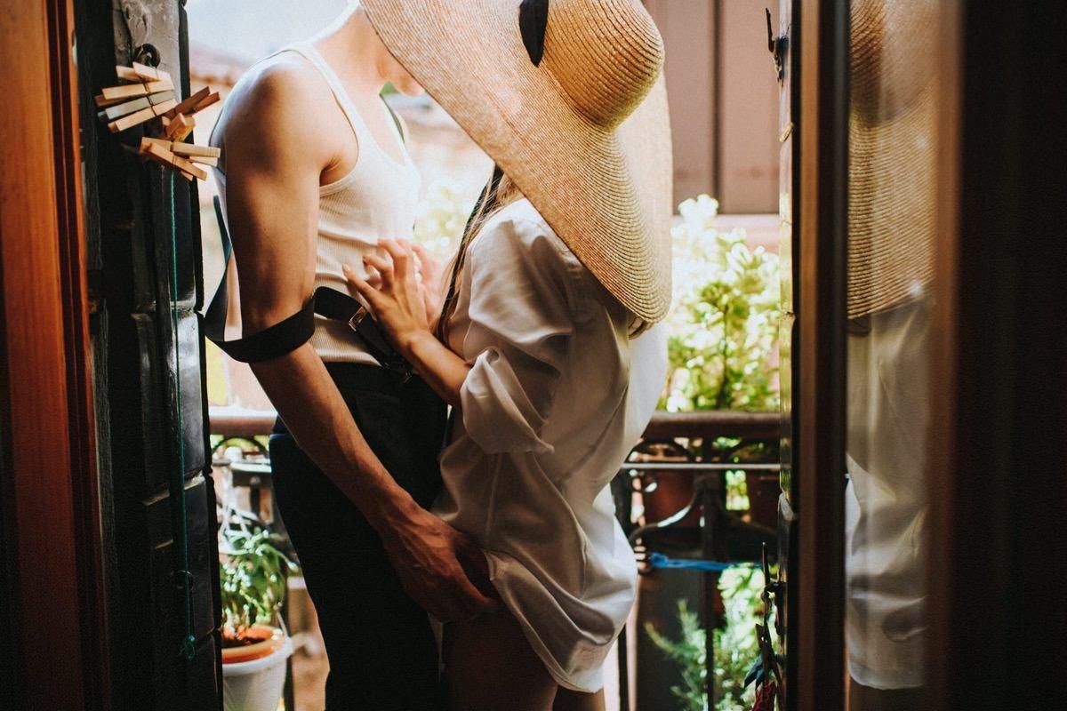 przygotowania do ślubu we dwoje, sesja ślubna z kapeluszem we Włoszech