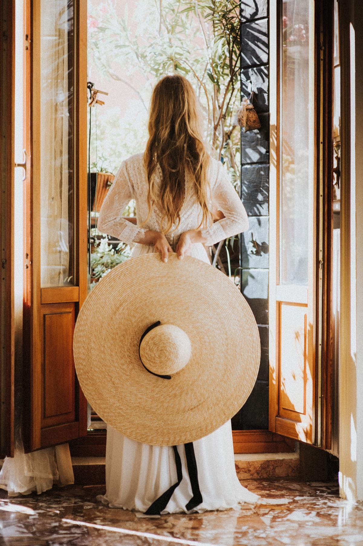 intymny ślub we Włoszech, sesja ślubna z kapeluszem