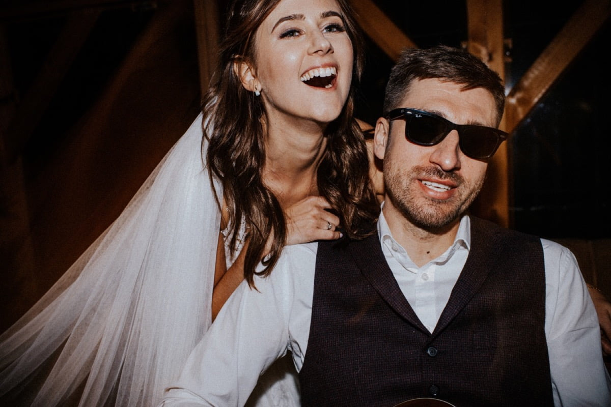 mini sesja w dniu ślubu, rockowa para młoda, pies na ślubie, sesja z psem, szalona sesja ślubna