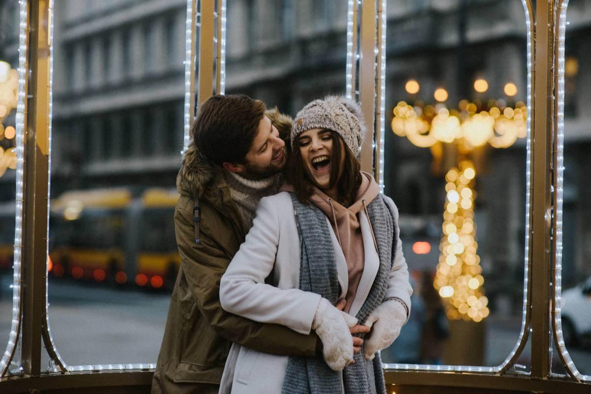 iluminacja światełek w Warszawie, sesja narzeczeńska w zimie