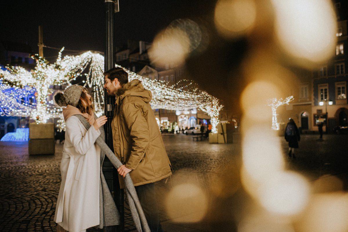 iluminacja światełek w Warszawie, zimowa sesja narzeczeńska